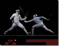 新华社照片,北京,2008年8月17日    (北京奥运)(3)击剑——法国队获男子佩剑团体冠军    8月17日,法国选手桑松·鲍里斯(左)和美国选手基思·斯马特在比赛中。    当日,在国家会议中心击剑馆举行的奥运会男子佩剑团体决赛中,法国队战胜美国队,获得冠军。    新华社记者杨磊摄